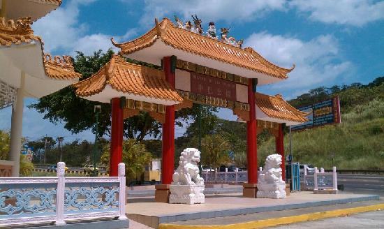 Puente de las Américas: Chinese monument in parking lot