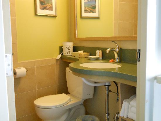 Amazing Aston Waikiki Circle Hotel: Bathroom.