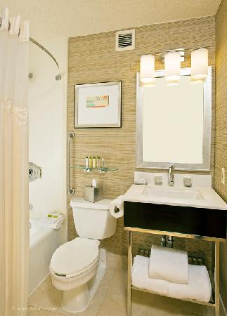 DoubleTree by Hilton Hotel Baltimore - BWI Airport: Doubletree BWI upscale bathrooms