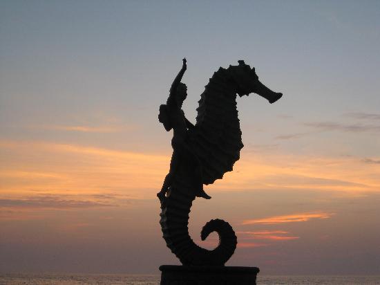 Puerto Vallarta, Mexiko: statue along malecon