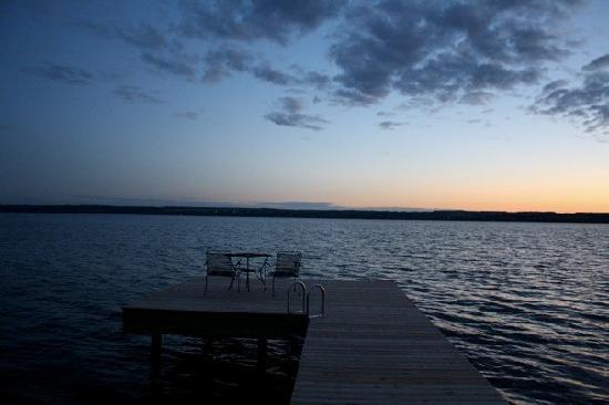 Yale Manor Bed & Breakfast: Sunset on the Lake