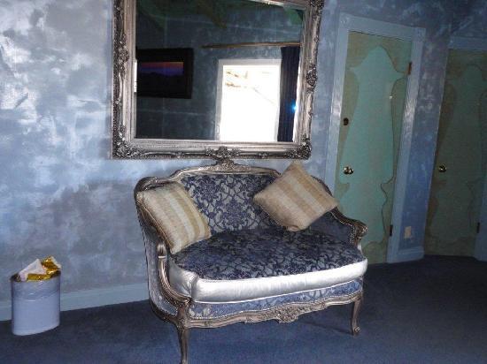 Madonna Inn: Cute settee
