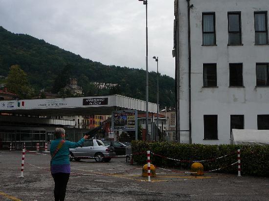 Hotel Socrate: Grensestasjonen til Sveits er like utenfor hotellveggen