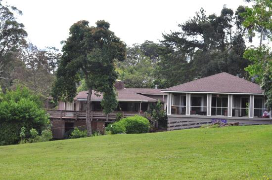 Hale Ho'omana: pic of bldg from the backyard