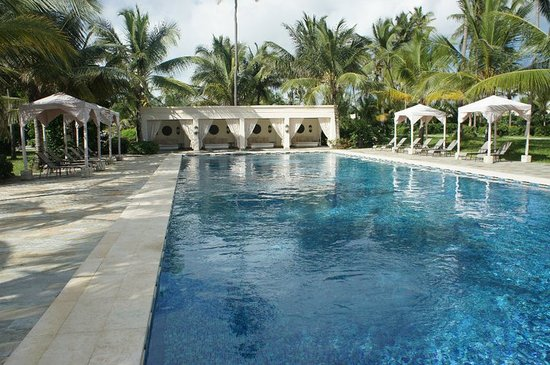 Baraza Resort & Spa: Service and day beds by the pool