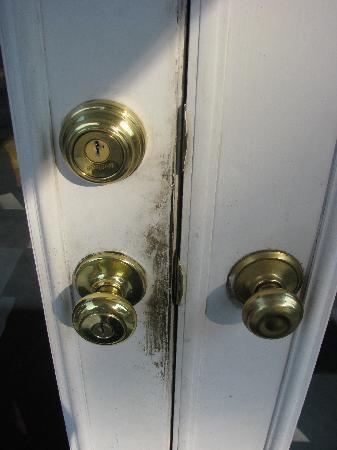 MacArthur Inn: Filthy door -entrance to hotel