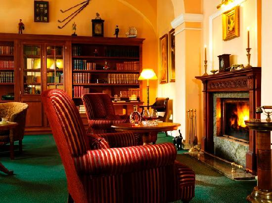 Hotel Julian: English library with open fireplace