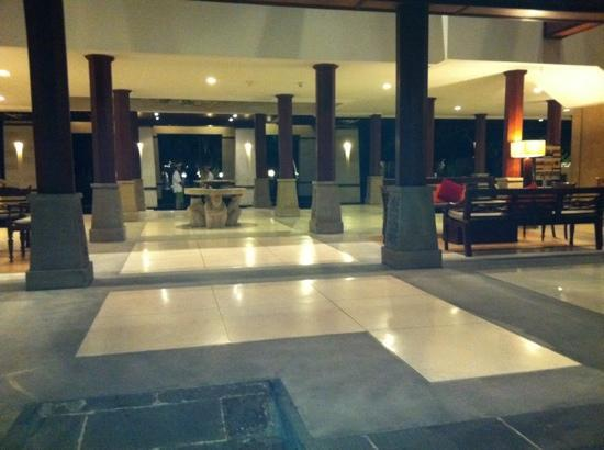 Hotel Santika Premiere Beach Resort Bali: The lobby at Santika