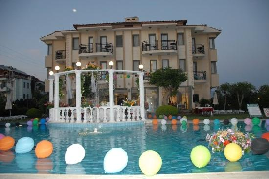 ‪جولدن موون هوتل: The hotel done up for a wedding‬