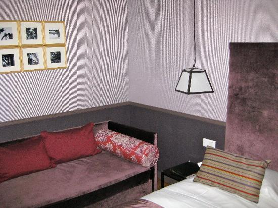 Louison Hotel: The couch by the bed