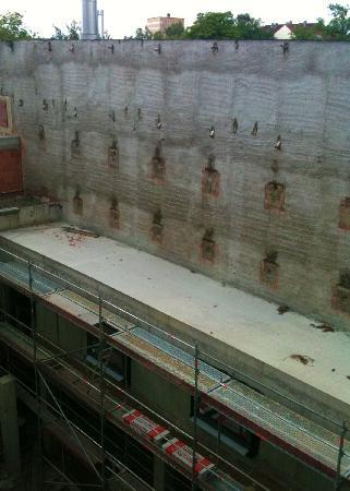Hotel Central Hof . Partner of SORAT Hotels: Der Blick aus dem Hotelzimmer fällt auf einen Betonklotz.