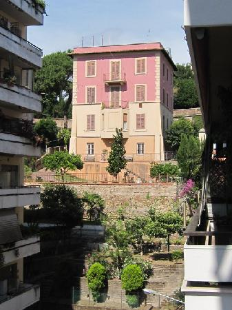 Al Colonnato di San Pietro Bed and Breakfast: From balcony looking other way