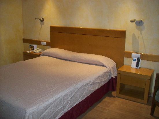 Hotel Maya Alicante: Cama