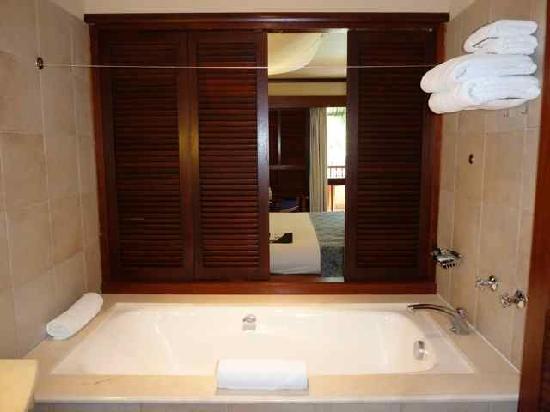 Le Meridien Ile des Pins: The toilet shutter window opened.