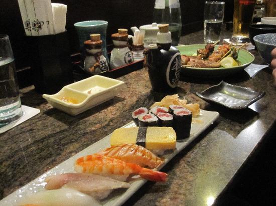 """Kushi-Tei Of Tokyo: rechts zu sehen die hervorragenden Fleischspiesschen. """"Haehnchenhackfleisch"""" am Spiess. +++"""