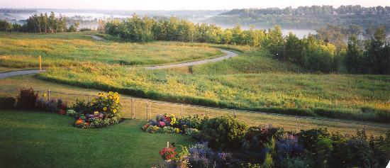 Pathway Cottage Bed & Breakfast: Through our garden gate into a 3000 acre ranch and park - lots of pathways