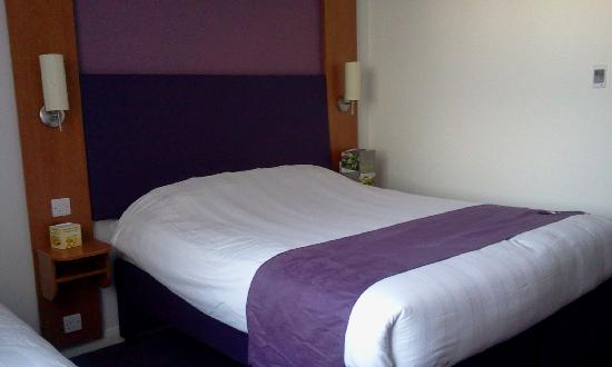 Premier Inn London Hanger Lane Hotel: camera confortevole e pulita