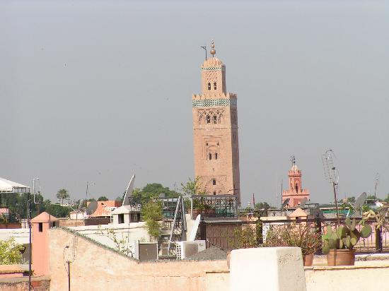 Riad Dar Tiflet: vue d'une des terrasses sur la Koutoubia