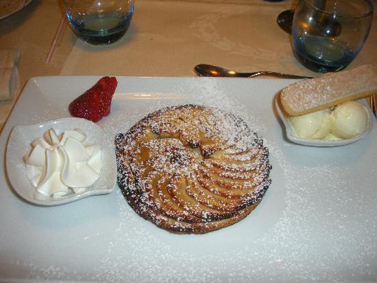 Bettembourg, Luxembourg : Home-made apple pie dessert