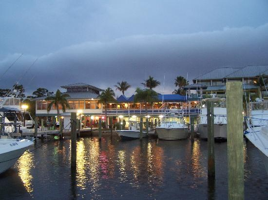 Pirate's Cove Resort and Marina: Beautiful evening at Pirates Cove