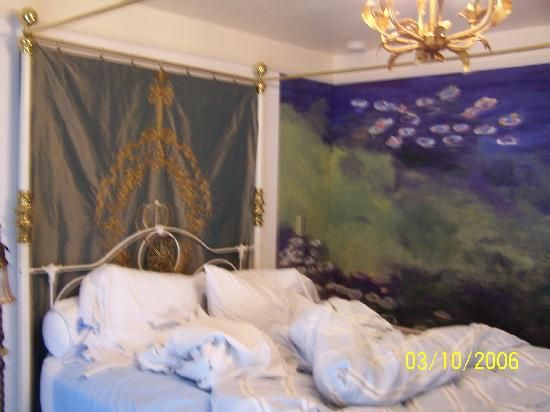 "The Seasons Bed and Breakfast : ""water lilies"" room"