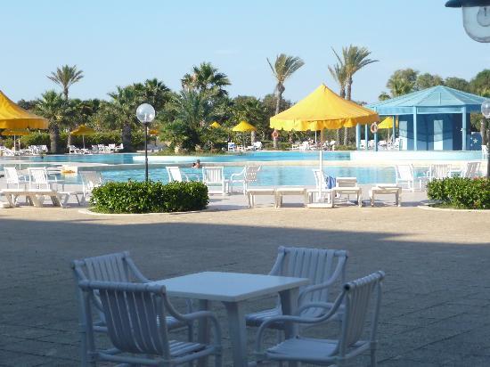 Ramada Plaza Tunis : vu de la piscine depuis la terrasse du bistrot