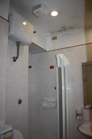 Hotel Concordia: mold on the bathroom ceiling
