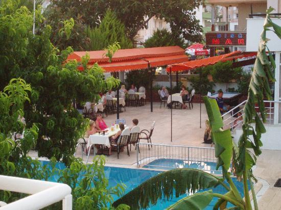 Ekin Hotel: staff preparing bbq night