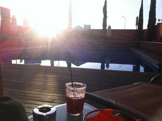 Novotel Malaga Aeropuerto : piscine de l'hôtel au coucher du soleil