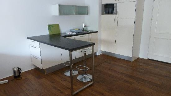 Jardines Del Mar Apartments: Kitchen with kettle on floor no other plugs provided