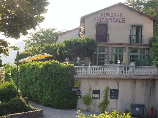 L'Auberge Provencale : Blick von der Straße auf das Hotel