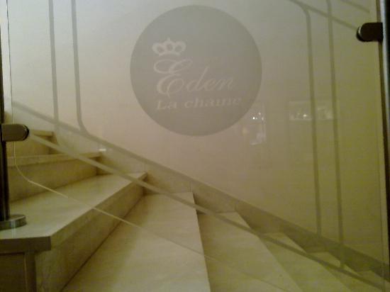 Hotel Eden Airport : le logo de la chaine sur le garde corps