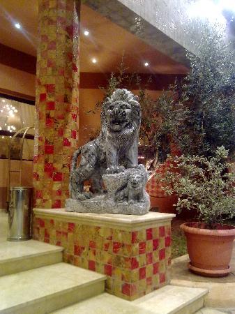 Hotel Eden Airport : un lion en marbre