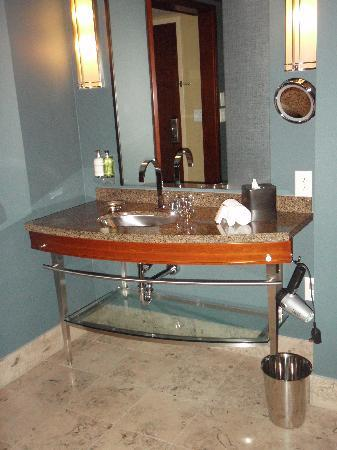 Loews Hotel 1000, Seattle: Sink with Molten Brown products.