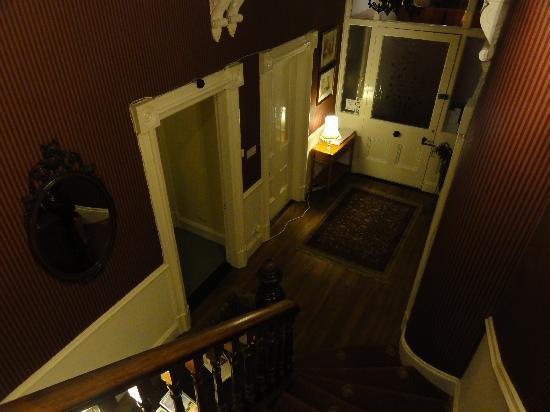 Bienvenue Guesthouse: Front hallway