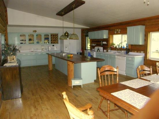 Twin Creeks Bed and Breakfast: Kitchen - had a great, very generous breakfast