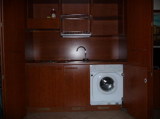 Hotel Traiano: Kitchen with washing machine