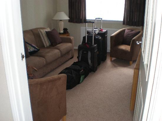 Kew House: Living room w/ flatscreen TV