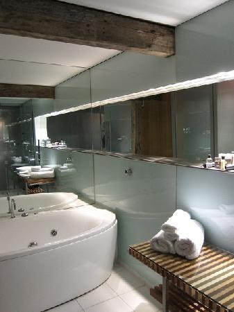 The Henry Jones Art Hotel: spa room's bath
