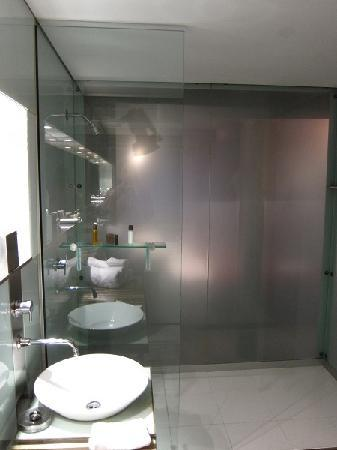 The Henry Jones Art Hotel: spa room's shower