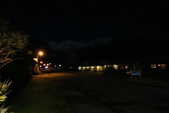 Punga Grove Motel & Suites: same view but pic taken at night