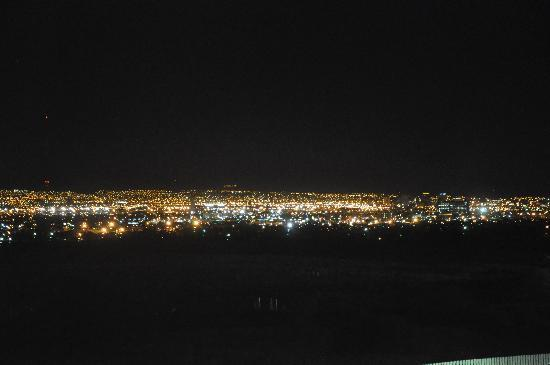 Holiday Inn Express & Suites El Paso Airport Area: Night view from my room