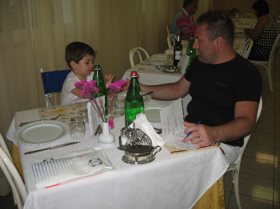 Hotel Darsena: Papà e Lorenzo in sala da pranzo