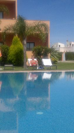 Hotel Praia Sol: sunbathing infront of room 5 by the lovely pool