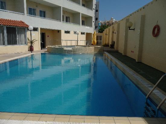 Mavina Holiday Complex: Empty pool