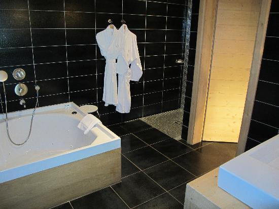magnifique salle de bains chambre 2 photo de relais chateaux flocons de sel meg ve. Black Bedroom Furniture Sets. Home Design Ideas