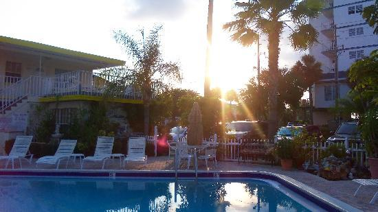 Sands Point Motel: Sun Coming Up Over The Pool