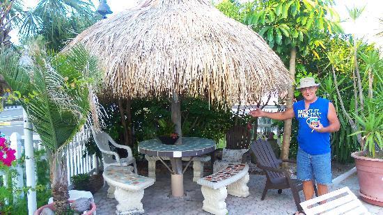 ساندز بوينت موتل: This Is The Pool Seating with Tiki Top  (even keeps out the rain!!)