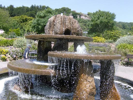 Miramar Hotel: fountain at the gardens brelards bay