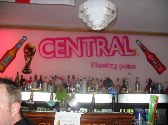Hotel Globales America: english bar up the road